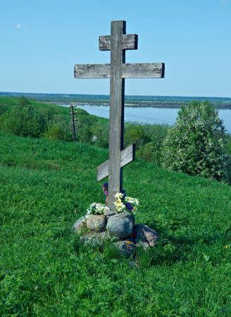 memorial cross: Cruz conmemorativa. región de pueblo Lyavlya Arhangelsk Foto de archivo