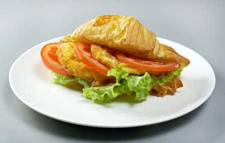 nuggets pollo: Ma�ana del verano Croissant del desayuno nuggets de pollo rellenas