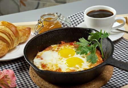 huevos revueltos: El desayuno de la mañana del verano. plato de croissant, huevos revueltos y café Foto de archivo