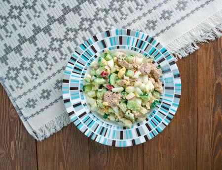 russian salad: Ensalada rusa con hígado de bacalao y verduras Foto de archivo