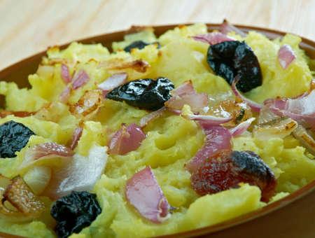 frutos secos: tarkovanka - cazuela de Bielorrusa de patatas, tocino y frutas secas Foto de archivo