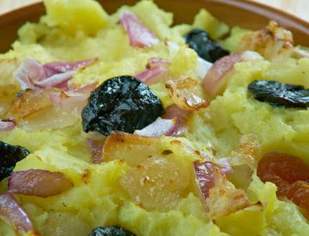 frutos secos: cazuela de Bielorrusa de patatas, tocino y frutas secas