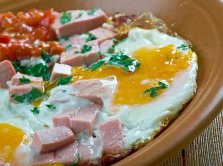 huevos estrellados: conjunto completo desayuno - salchichas fritas, huevos fritos, ensalada de verduras