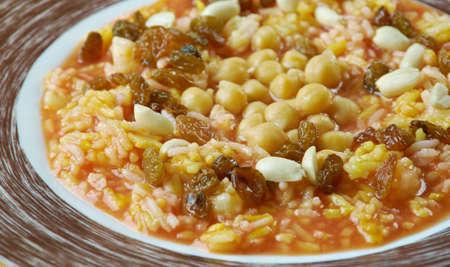 Egyptian rice with nuts and raisins: Ruz bil khalta Reklamní fotografie - 67065044