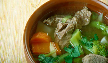 carnes y verduras: Sopa de manantial llamado -soup Garmugia en la cocina italiana que se originó en Lucca, Toscana, centro de Italia