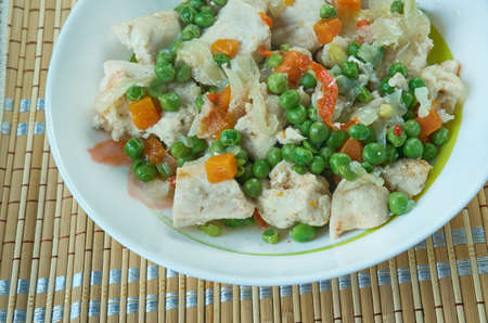 Frango estufado de ervilhas - Portuguese Chicken Stew with peas and carrots