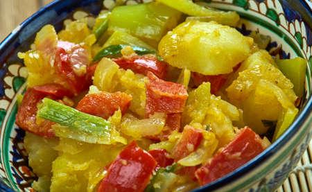 スパイス入りじゃがいもはつぶやく Ki サブジ - ポテト、エンドウ豆、典型的なタマネギ トマト煮込みカリフラワーから作られたパンジャブ料理です