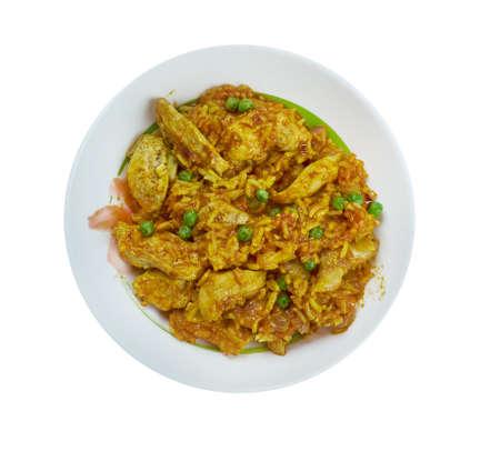 Arroz chaufa de pollo - arroz frito mezclado con pollo, comida peruana Foto de archivo - 92365885