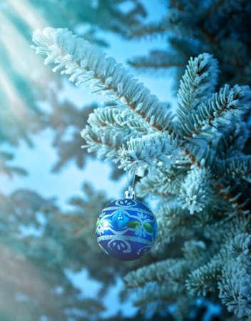 밝은 크리스마스 bauble에서 눈이 덮여 크리스마스 트리 분기
