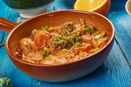 Oost-Afrikaanse keuken - Ethiopische geïnspireerde Berbere-kipcurry, traditionele geassorteerde Afrikaanse gerechten, bovenaanzicht.
