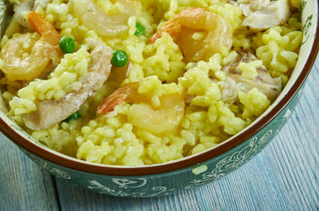 Paella à la morue et aux crevettes, plat de riz espagnol classique Banque d'images