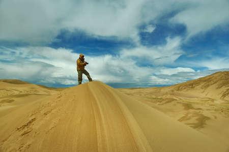 Tourist taking pictures to Dunes at gobi desert, Mongol Els. Reklamní fotografie