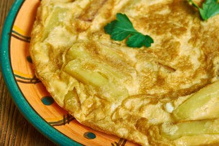 Chipsi Mayai, Chips und Eier - gemeinsames Essen in Tansania, Ostafrika. Die einfachste Form, Chipsi Mayai ist ein einfaches Kartoffel-Ei-Omelette