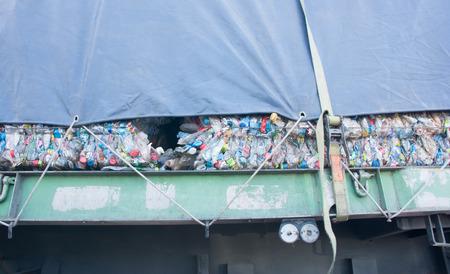 recolector de basura: camión de la basura de reciclaje Foto de archivo