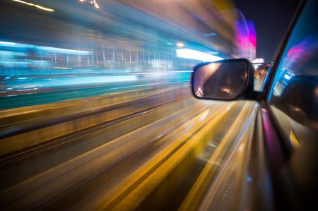 차량의 밤에 빠른 실행시 도로