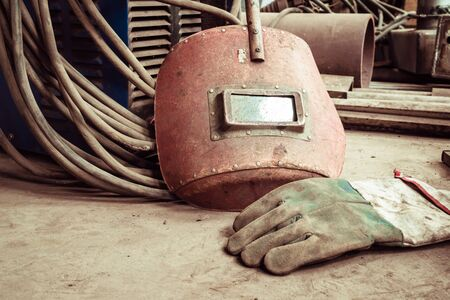 welded: Electric welding machine, electric wire, masks, gloves and tongs, are very old