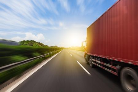 Vrachtwagen op een snelle express weg, motion blur