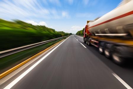 運動には、高速道路でタンクローリーがぼやけています。化学産業と公害のコンセプトです。