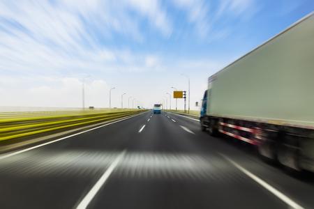 Camion sur une route rapide express, le flou de mouvement Banque d'images