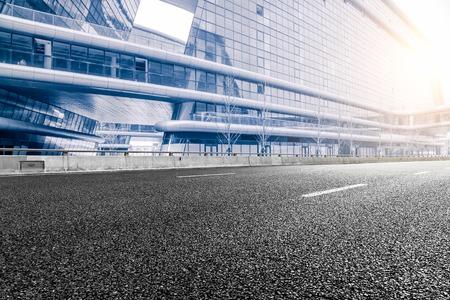 街と近代的なオフィスビルの背景では、道路