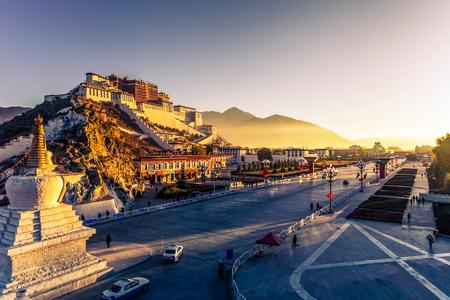 ポタラ宮、ラサ、チベットの夕暮れ時に仏舎利塔 報道画像