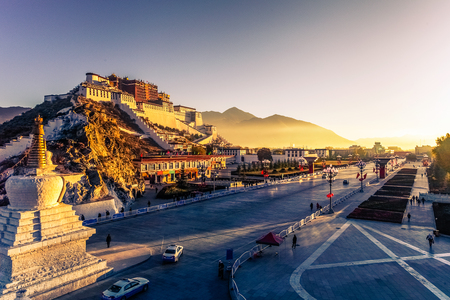 Potala Palace and stupa at dusk in Lhasa, Tibet Redactioneel