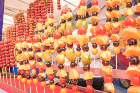 Beijing ice tomatoes on sticks Banque d'images