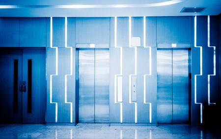 青いトーンのモダンな建物内のエレベーター。