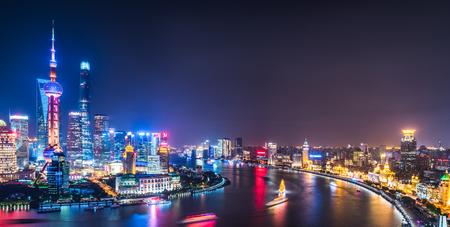 Horizonte de Shangai en la noche en China. Foto de archivo