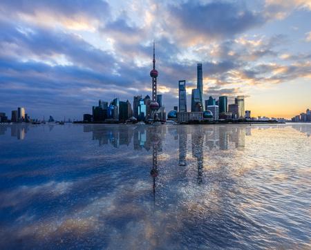 上海のスカイライン、中国の黄浦江と上海のランドマーク。