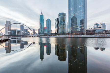 川と中国・天津市の空に対して近代建築。