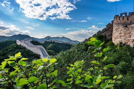 万里の長城は中国歴史の北部国境を越えての東西線沿い一般的に構築されています。 写真素材