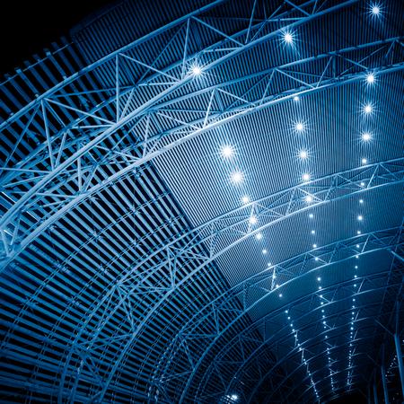 駅の天井の構築をローアングル見る。