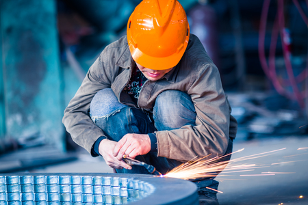 Worker doing electric welding,factory manufacturing,industry concepts. Banque d'images