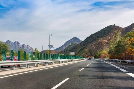 moderne snelweg door bergen tegen hemel, doodgeschoten in de stad van China. Stockfoto