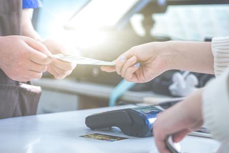 paiement et carte de paiement avec puce et carte de broches dans l & # 39 ; atelier Banque d'images