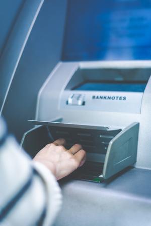 女性のビューを閉じる、現金自動支払機 ATM を使ってします。