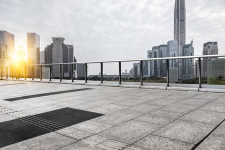pusta platforma z cegły z miastem Szanghaj w tle