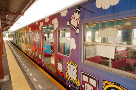 zug cartoon: Cartoon Zug h�lt am Bahnhof, Japan Editorial