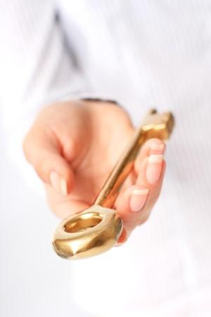 手は金キーを与えています。成功のコンセプトです。