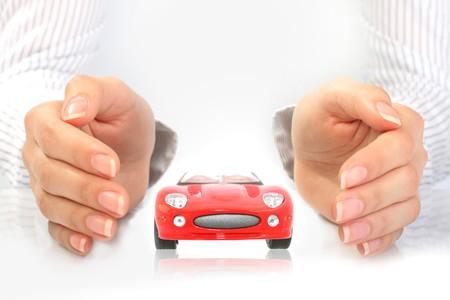 ubezpieczenia: Koncepcja ubezpieczenia samochodu. Samodzielnie na białym tle.