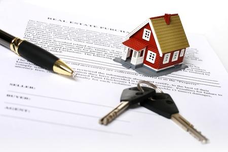 housing: Concepto de bienes ra�ces. Claves, dinero, peque�a casa y contrato sobre blanco.