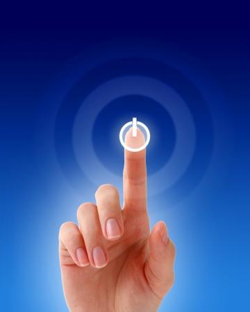 touchscreen: Mano de la mujer presionando un bot�n en una pantalla t�ctil.