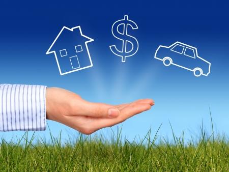 ubezpieczenia: Marzenia. Dom, samochód i symbol dolara w ręce.