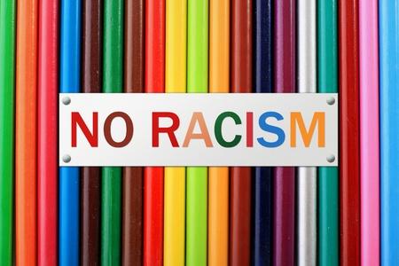 racismo: Lápices de colores aislados sobre fondo blanco. Foto de archivo