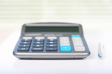 Rechner auf einem weißen Tisch Standard-Bild - 37648746