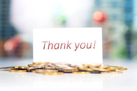 Visitenkarte. Dankeschön-Karte und Münzen auf einem Tisch. Standard-Bild - 42146064