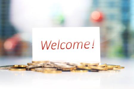 Visitenkarte. Willkommen Karte und Münzen auf einem Tisch. Standard-Bild - 42146175