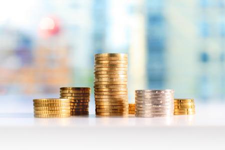 Geld Geld Konzept. Euromünzen auf dem Tisch. Standard-Bild - 64312728