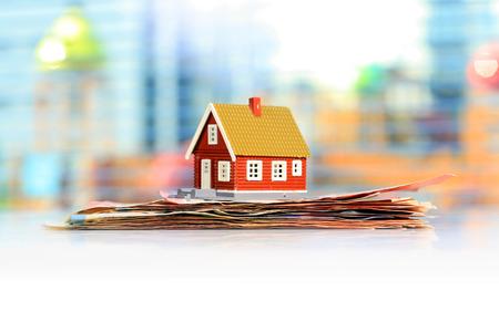Hypothekenhauskonzept. Haus-und Euro-Geld. Standard-Bild - 64312731